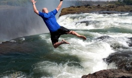 Đi bơi ở đỉnh thác 'thót tim'